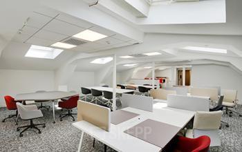 Espace de coworking doté de plusieurs fenêtres de toît afin de profiter optimalement de la lumière naturelle à la rue de Dunkerque