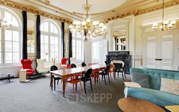Salon d'affaires ayant de grandes fenêtres pour bénéficier de la lumière naturelle à la rue de Dunkerque