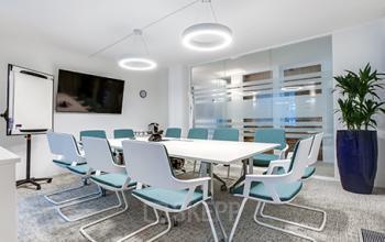 Salle de réunion entièrement équipée avec mobilier clair au Boulevard Victor