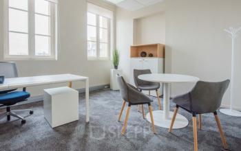 Ce bureau privatif est équipé d'une table ronde pour accueillir vos invités