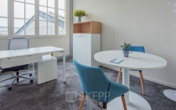 Les tons neutres servent de la base dans la décoration de l'intérieur de cet espace de bureau