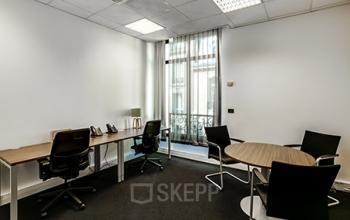 Espace de bureau spacieux avec table ronde pour vos entretiens à la rue de l'Amiral Hamelin