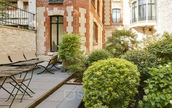 Terrasse extérieure calme pour se reposer lors d'une pause méritée à la rue de l'Amiral Hamelin