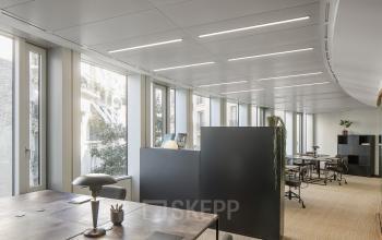 Cet espace de bureau partagé est équipé d'un mur modulaire pour que vous puissiez travailler confortablement à l'avenue Malakoff