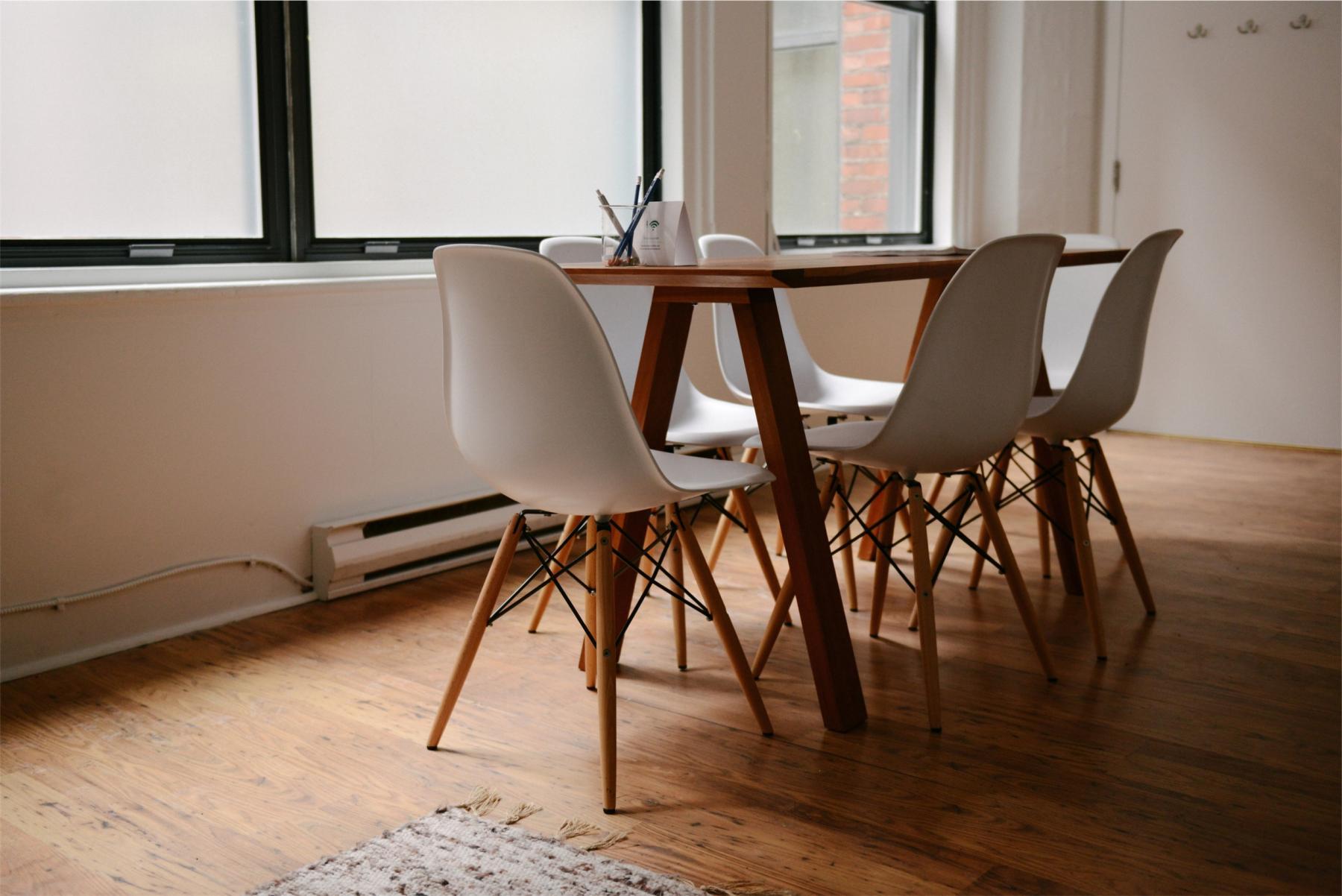 Espace de bureau chaleureux avec grandes fenêtres et sol en bois dans la rue des Belles-Feuilles