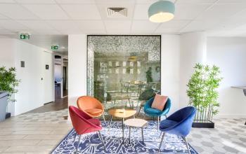 Open space équipé d'un mobilier aux couleurs vives au boulevard Gouvion Saint-Cyr