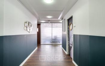Couloir avec accès aux bureaux privatifs au boulevard Gouvion Saint-Cyr