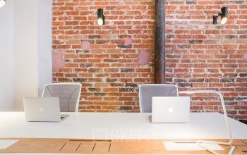 Un espace de bureau lumineux avec des fauteuils confortables à la rue Truffaut