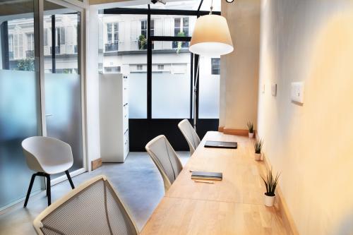 Nos bureaux offrent un cadre chaleureux pour travailler en équipe dans la rue Truffaut