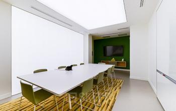 Faites vos présentations dans cette salle de réunion en simplicité