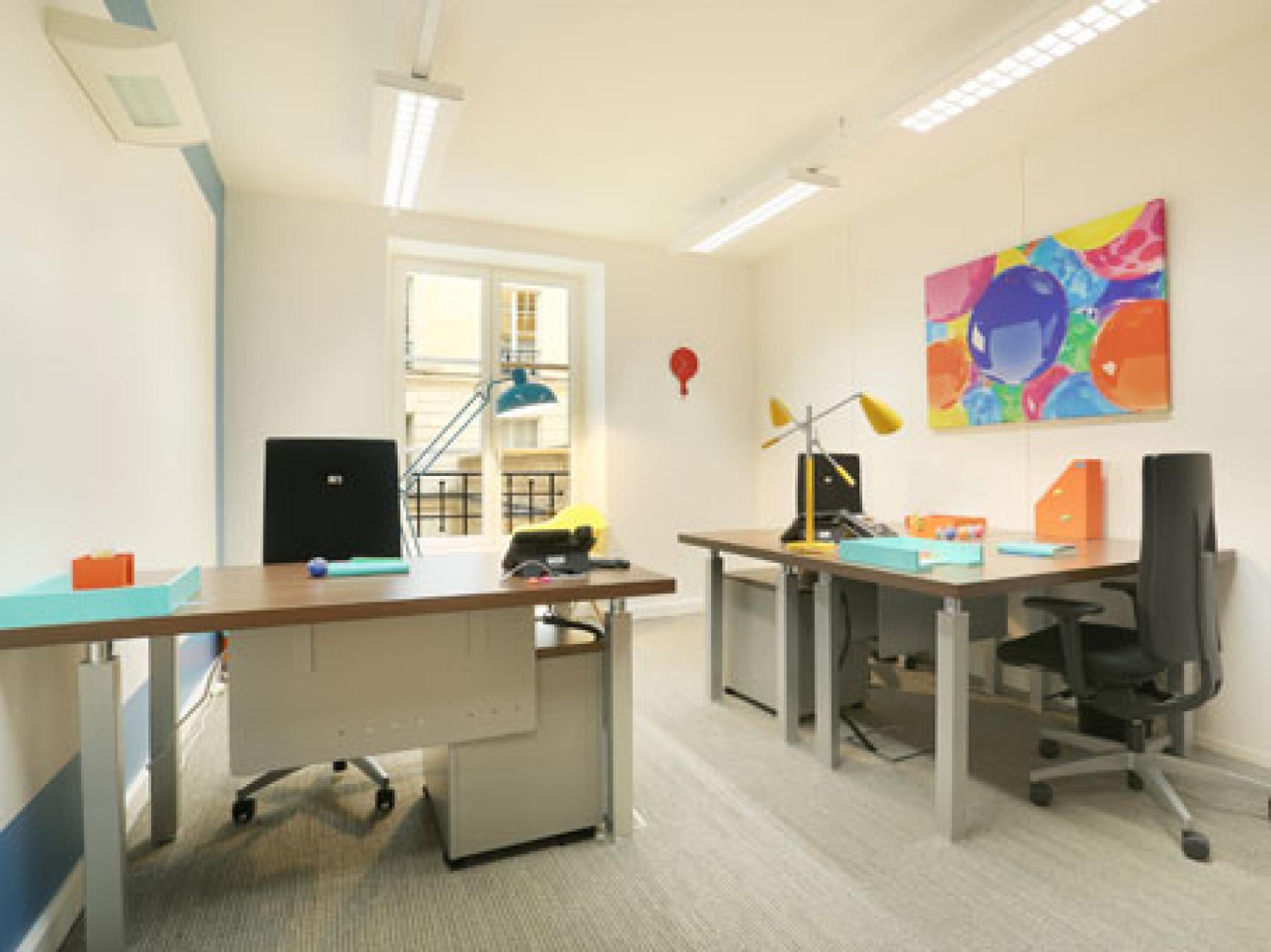 Espace de bureau lumineux décoré avec goût à la rue de la Paix