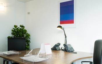 Espace de bureau avec plante d'intérieur afin d'harmoniser votre lieu de travail à la rue du Quatre-Septembre