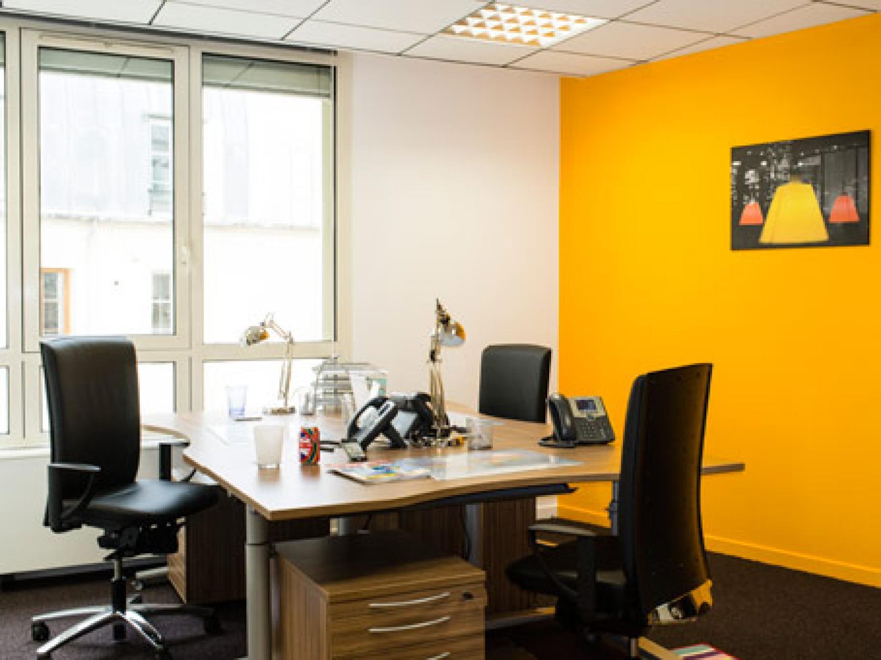 Bureaux partagés aux couleurs vives à la rue du Quatre-Septembre