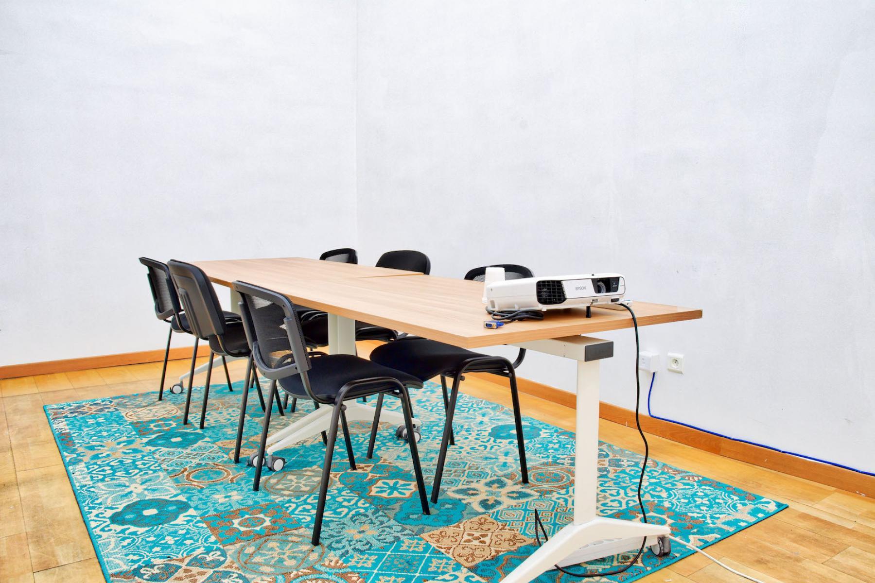Salle de réunion dotée d'un vidéoprojecteur pour organiser facilement vos présentations dans la rue Saint Denis
