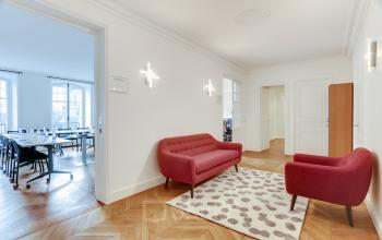 Waiting room equipped with a comfortable sofa at Rue du 4 Septembre