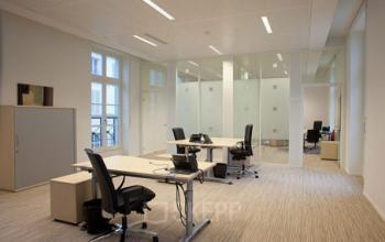 Dans cet espace de bureau dans la rue de Grenelle vous pouvez vous mettre au travail avec vos collaborateurs