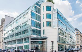 Immeuble de bureaux vitré moderne dans la rue de l'Université