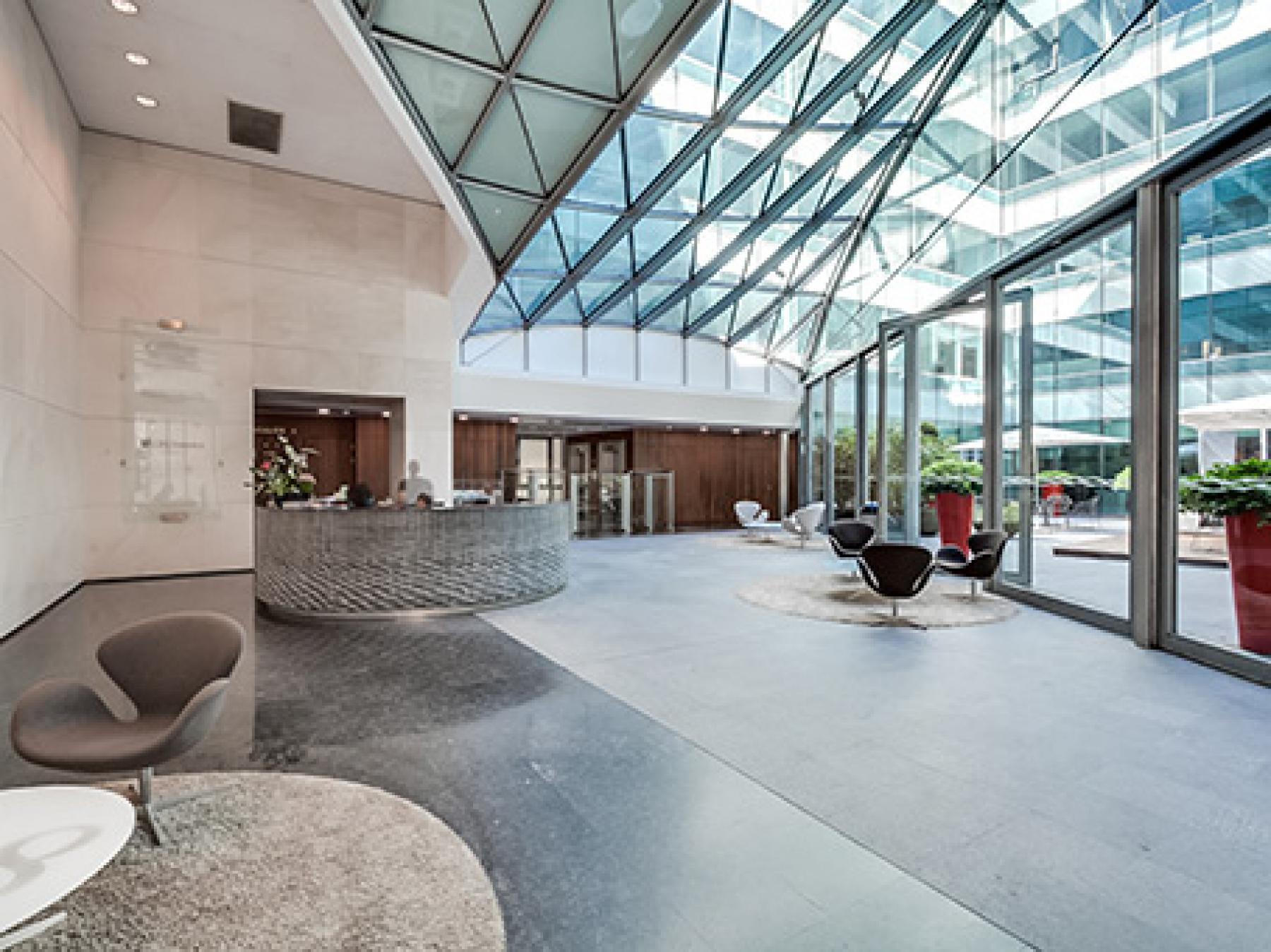 Centre d'affaires avec toit vitré pour plus de lumière naturelle