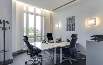 Espace de bureau meublé avec accès au balcon au boulevard Haussmann