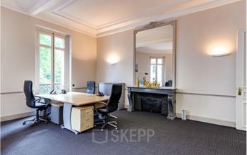 Espace de bureau spacieux avec grand miroir au boulevard Haussmann