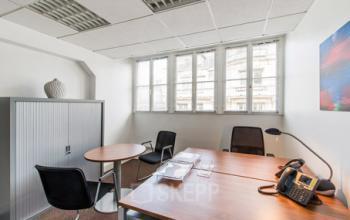 Espace de bureau avec armoire à rideaux pour ranger vos dossiers à la rue d'Amsterdam