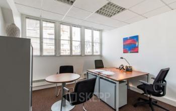 Espace de bureau avec petite table ronde pour vos entretiens à la rue d'Amsterdam