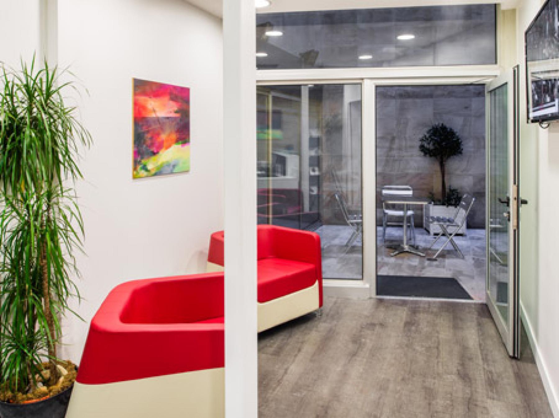 Salle d'attente avec patio intérieur à la rue d'Amsterdam