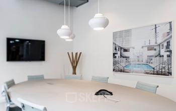 Salle de réunion dotée de meubles clairs à la rue de Londres