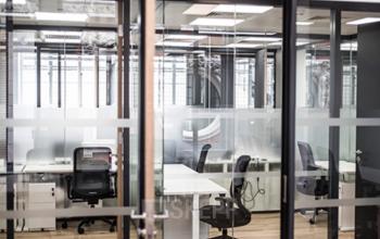 Bureaux aux cloisons vitrées afin de créer un environnement lumineux et spacieux à la rue du Londres