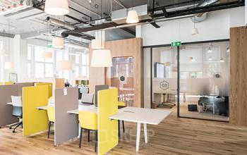 Bureaux en open-space avec mobilier en design industriel à l'avenue Hoche