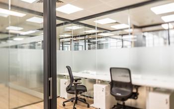 Un espace de bureau lumineux avec des chaises confortables à l'avenue Hoche