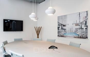 Salle de réunion avec mobilier lumineux et écran pour vos présentations à l'Avenue Hoche