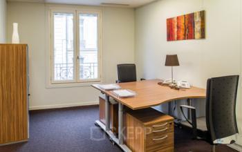 Espace de bureau pour deux personnes doté de fauteuils confortables à la rue du Faubourg-Saint-Honoré