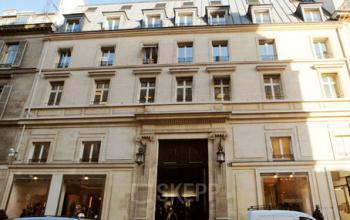 Entrée au centre d'affaires avec quelques places de stationnement devant l'immeuble à la rue du Faubourg-Saint-Honoré