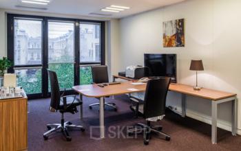 Espace de bureau avec grandes fenêtres à la rue du Faubourg-Saint-Honoré