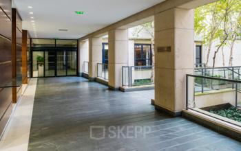 Sortie vers notre cour intérieure située au centre d'affaires à la rue du Faubourg-Saint-Honoré