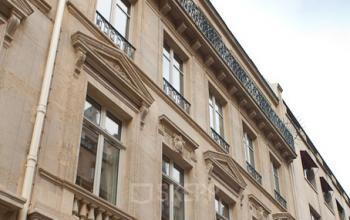 Façade bâtiment de bureau à la rue de Bassano
