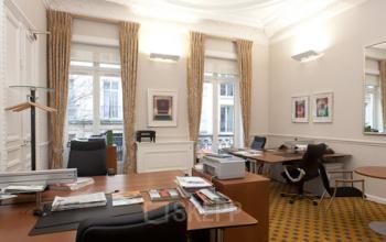 Espace de bureau avec grandes fenêtres à la rue de Bassano