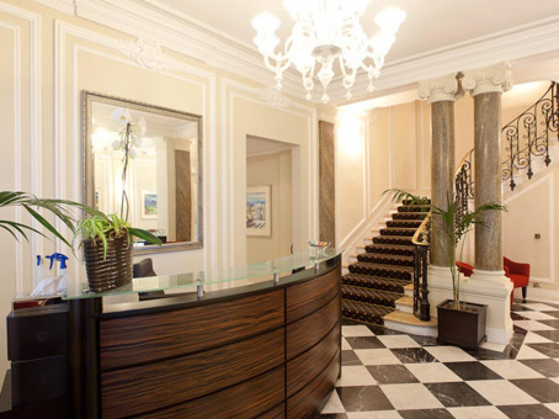 Réception ayant un décor classique et chaleureux à la rue de Bassano