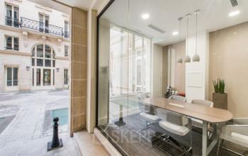 Bureau vitré avec vue sur la cour intérieure à la rue du Faubourg-Saint-Honoré