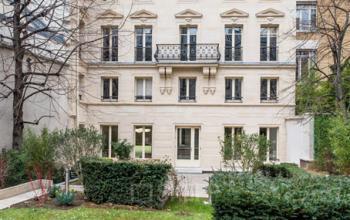 Jardin en pied de l'immeuble de bureaux à la rue du Faubourg-Saint-Honoré