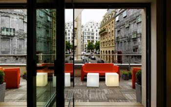 Accès à la terrasse pour boire un café lors d'une pause meritée dans la rue Quentin-Bauchart