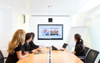 Notre salle de réunion entièrement équipée vous permettra d'organiser tous vos événéments professionnels en toute simplicité