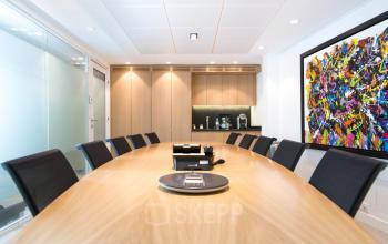 Salle de réunion décorée avec goût dans la rue Quentin-Bauchart