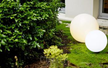 Côté jardin avec boules lumineuses pour créer une ambiance conviviale dans la rue Quentin-Bauchart