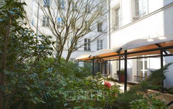 Notre patio est l'endroit idéal pour prendre une tasse de café pendant une journée ensoleillée dans la rue Saint-Honoré