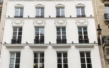 Vue de face immeuble de bureaux dans la rue Saint-Honoré