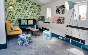 Notre salle de réunion comprend un coin confortable lequel est décoré avec goût dans la rue Saint-Honoré