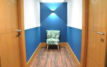 Ce couloir lumineux vous donne accès aux bureaux privatifs dans la rue Saint Honoré