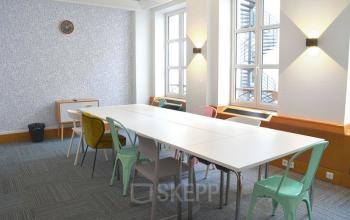 Salle de réunion équipée de grandes fenêtres afin de disposer d'une lumière naturelle autant que possible dans la rue Saint-Honoré